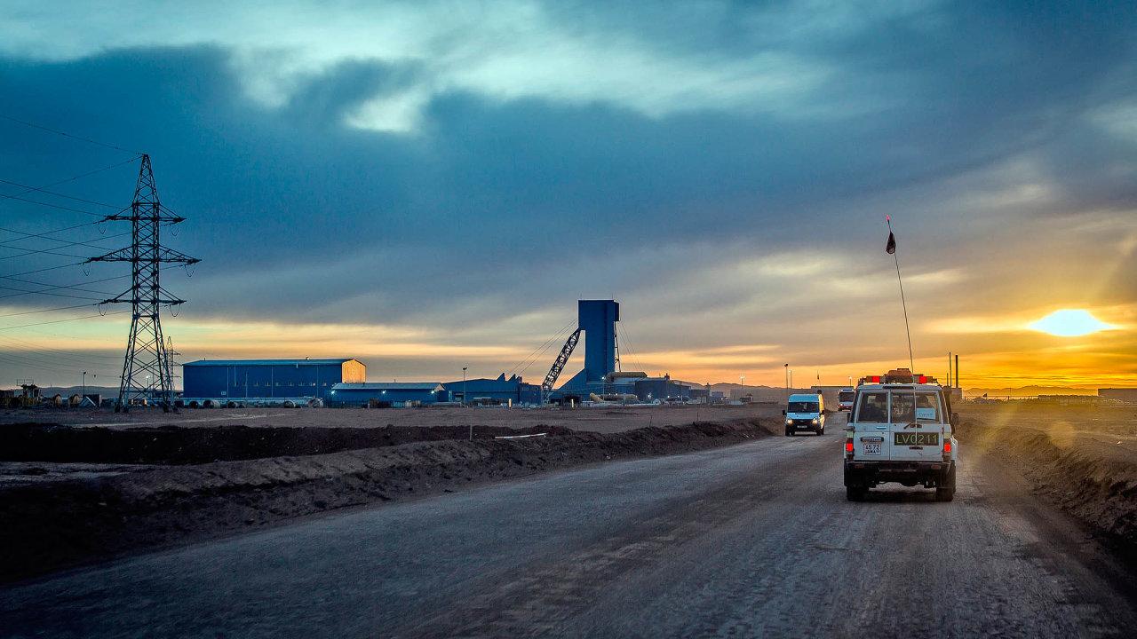 Měď zpouště Gobi. Důl Oyu Tolgoi leží vpoušti Gobi nedaleko hranic sČínou. Těžební firma Rio Tinto jej spoluvlastní odroku 2012. Vposlední době jí ale přidělává starosti.