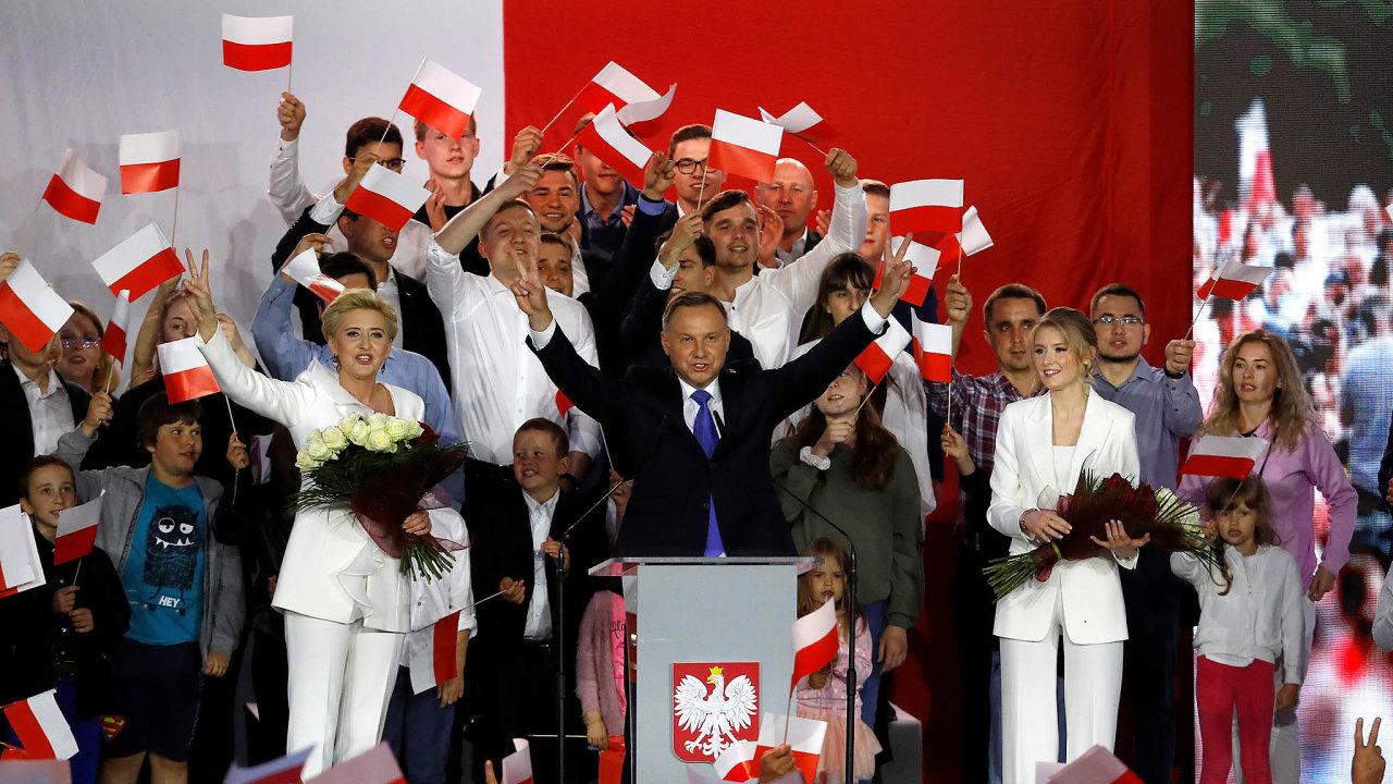 Znovu prezidentem: Andrzej Duda slaví, vnedělních volbách obhájil svůj post hlavy polského státu. Poražený varšavský primátor Rafal Trzaskowski vítězi pogratuloval.