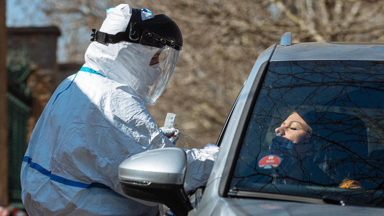 Kde hledat favority Absurdity roku 2020. Nakoronavirus se nakonec testovalo inaulici, ale když se ktomu nabídla plně vybavená laboratoř, státu trvalo mnoho dní, než pochopil, že jde opomoc.