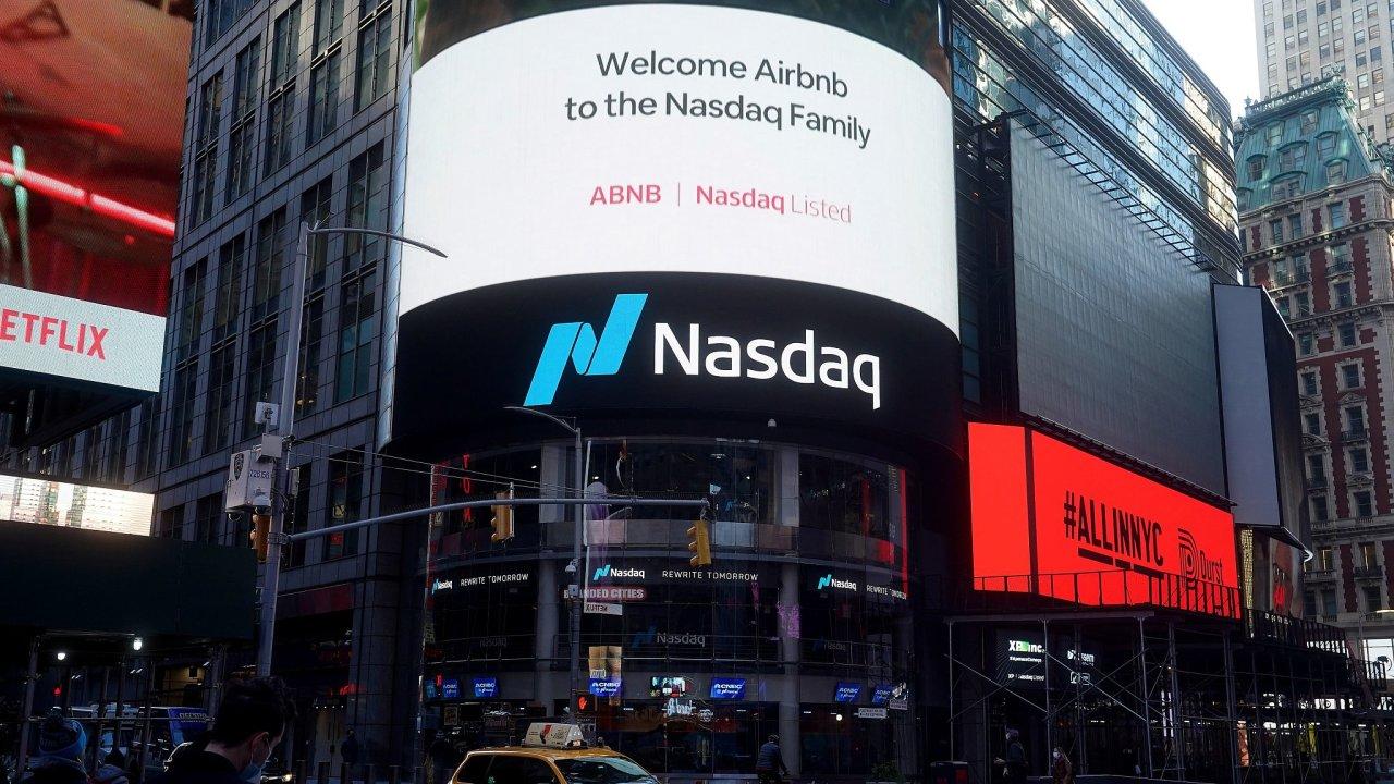 Začátek obchodování s akciemi Airbnb na své burze Nasdaq promoval i reklamami na Times Square.
