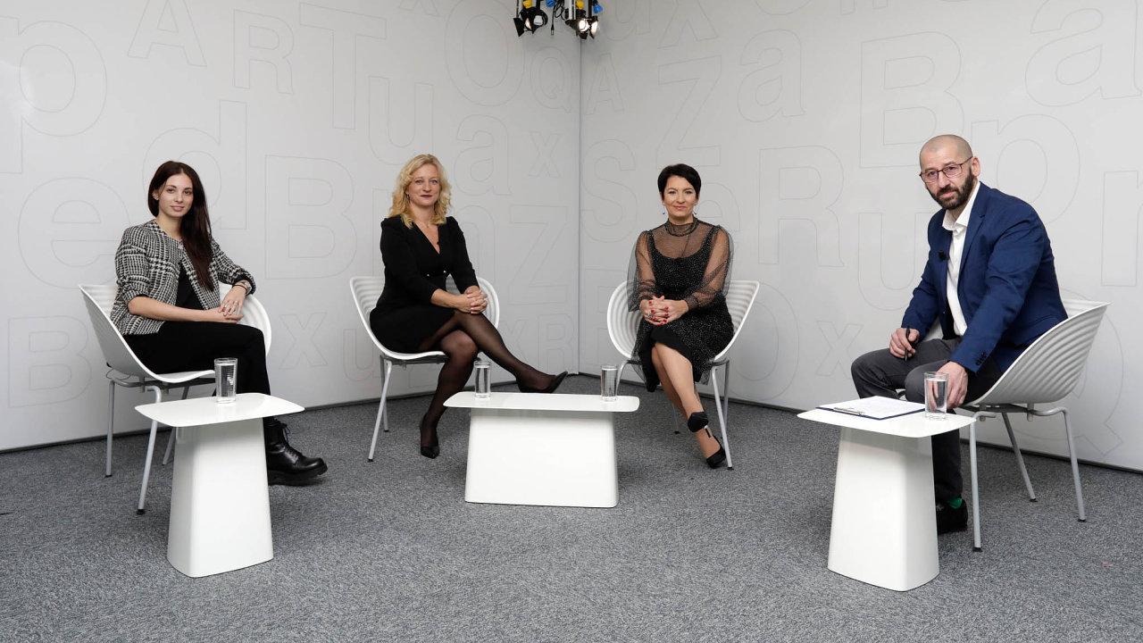 Zleva: Michaela Matějková (Skinners), Martina Vítková (NWT) a Radka Prokopová (Alca plast), debatu moderoval bývalý šéfredaktor HN Martin Jašminský
