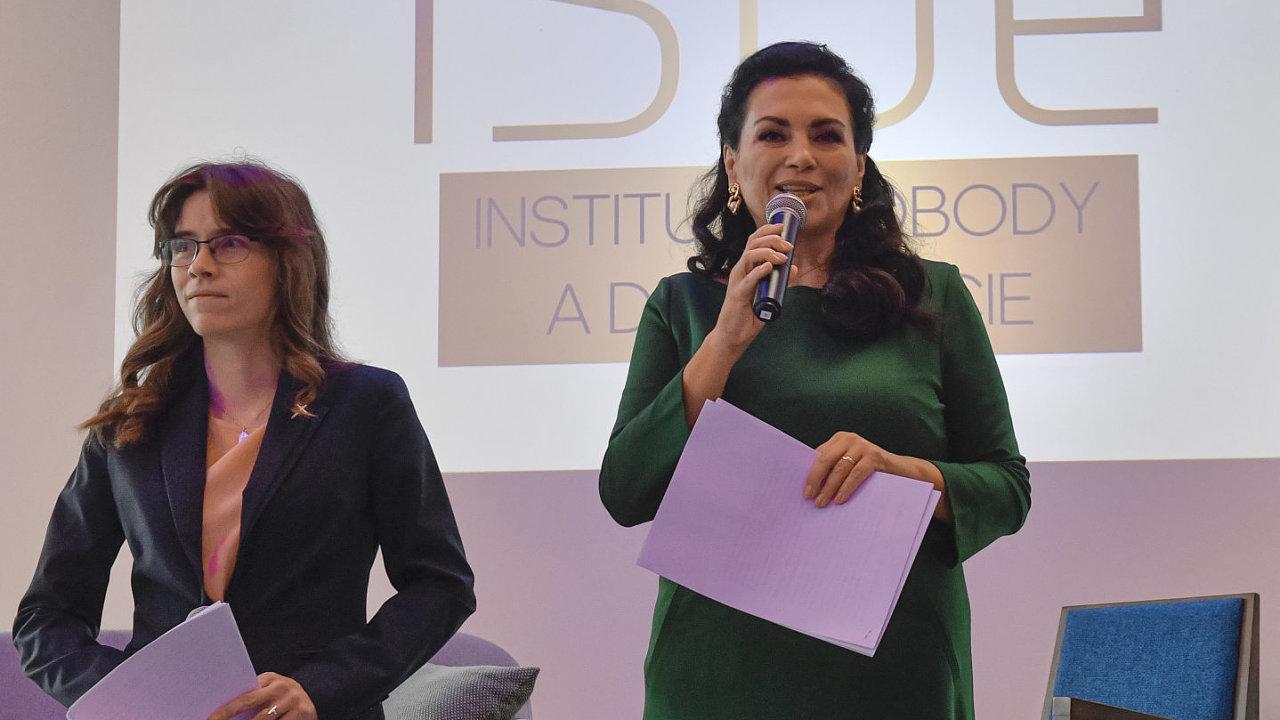 Zleva zakladatelka a analytička Institutu svobody a demokracie (ISDe) Hana Lipovská a její spolupracovnice Jana Bobošíková.