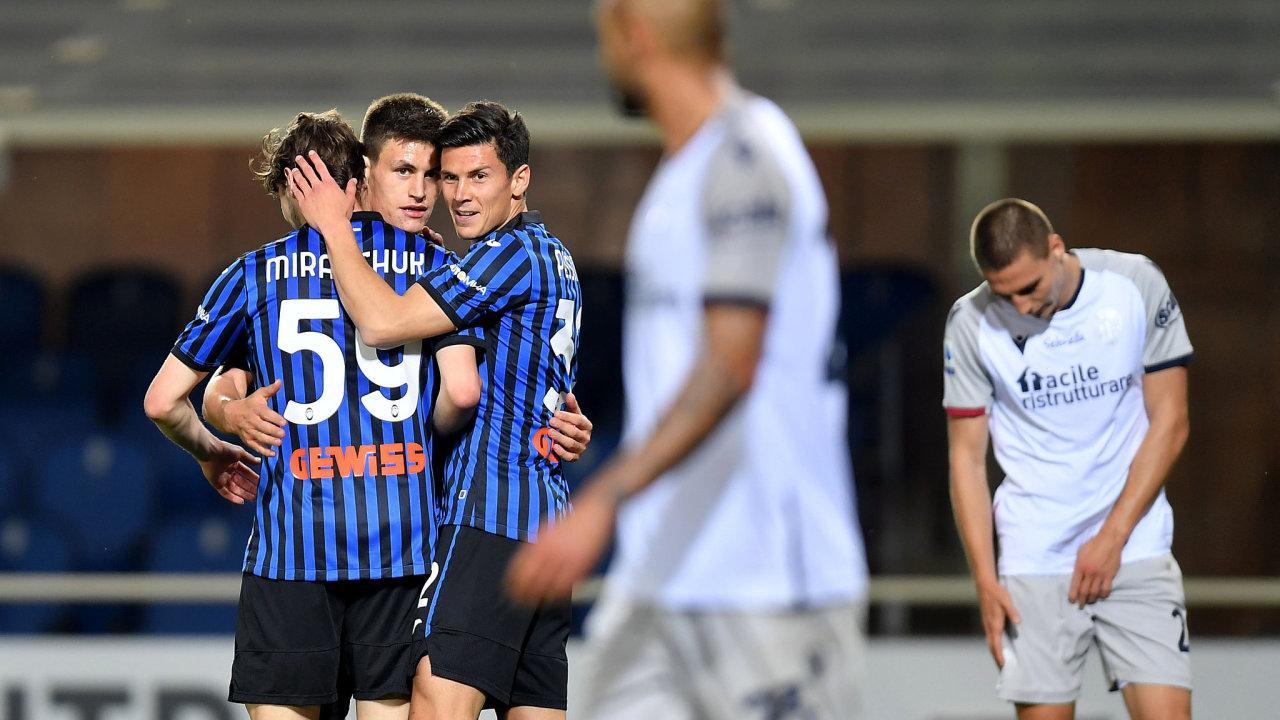 Alexej Mirančuk zAtalanty slaví gól proti Bologni. Dubnový zápas italské ligy vyhrála Atalanta vysoko 5:0 ačtyři kola před koncem si drží druhé místo. Iletos by tak postoupila do Ligy mistrů.