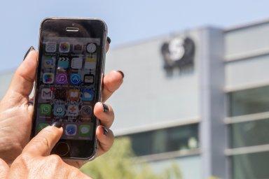 Izraelský software firmy NSO Group, jejíž budova je v pozadí, je schopen prolomit ochranu telefonů s operačními systémy iOS a Android a potají špehovat uživatele.