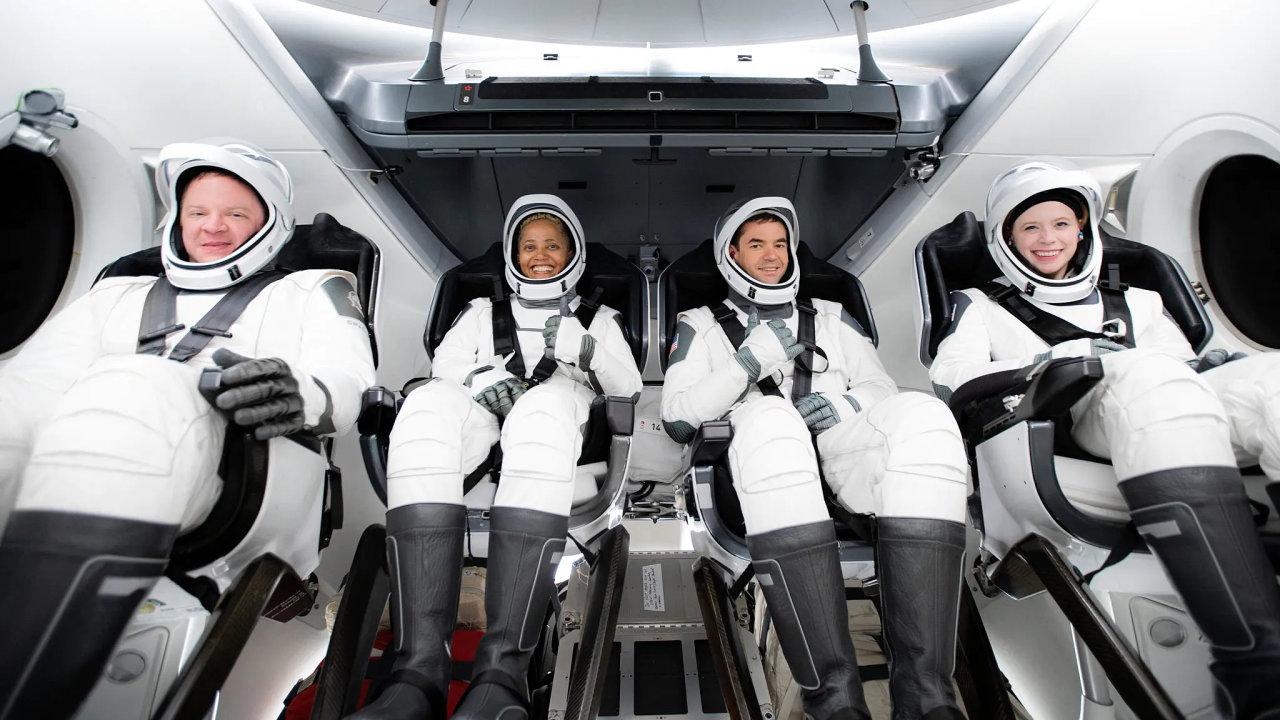 Posádka civilistů mise 4 Inspiration – Jared Isaacman je druhý zprava.