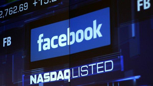 Monitory burzy v New Yorku ukazují logo firmy Facebooku