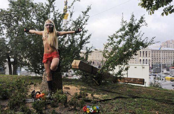 Členka skupiny Femen protestuje proti soudu s Pussy Riot v Kyjevě