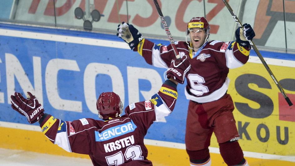 Angel Krstev (vlevo) a Ivan Rachůnek, oba ze Sparty, se radují z gólu