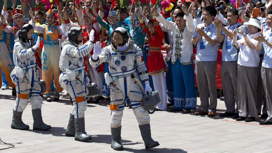Čínští kosmonauti před startem