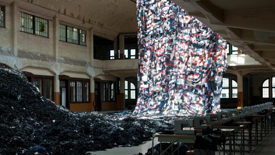 Instalace čínského umělce Ni Haifeng z poslední Manifesty v Belgii.