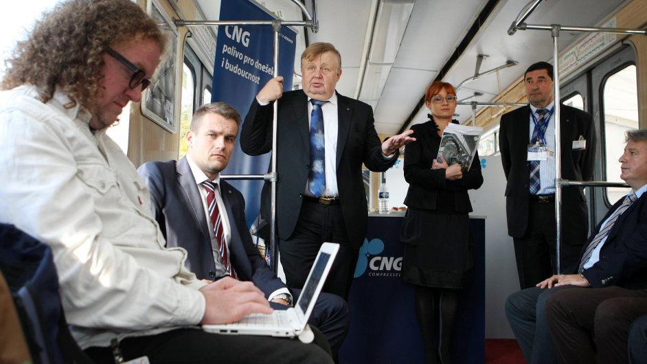 Tisková konference společnosti Vítkovice Holding za účasti Jana Světlíka proběhla netradičně ve vagonu metra dopraveného na veletrh do Brna.