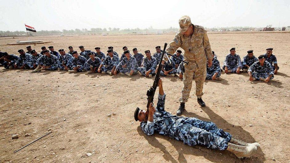 Irácká armáda cvičí tisíce dobrovolníků, aby ji podpořili v hrozící bitvě o Bagdád.