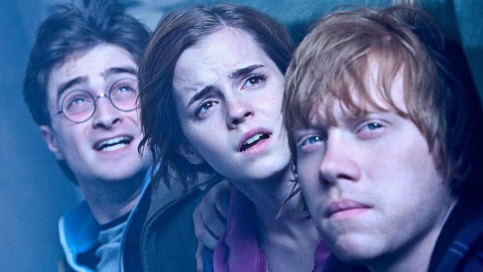 Harry Potter s přáteli v posledním snímku Relikvie smrti.