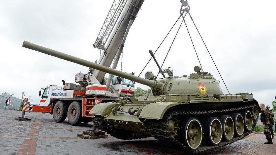 Separatisté nakládají tank z muzea.