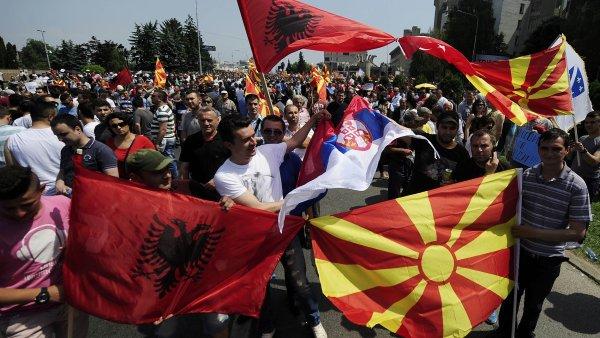 Vz�cn� souzn�n�? Lid� b�hem ned�ln�ch protest� ve Skopje m�vali makedonsk�mi, alb�nsk�mi i srbsk�mi vlajkami.
