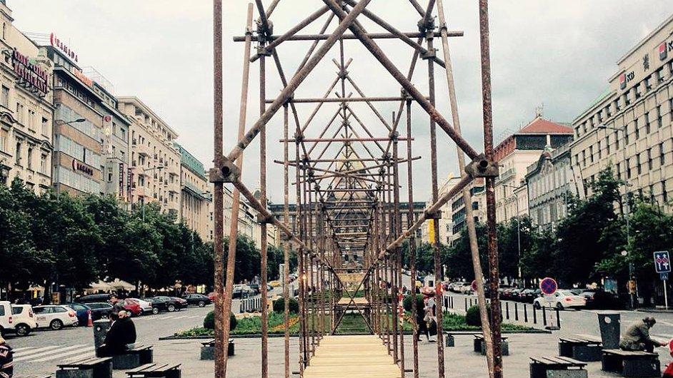 Snímek z konstrukce švýcarské instalace Pražského Quadriennale na Václavském náměstí.