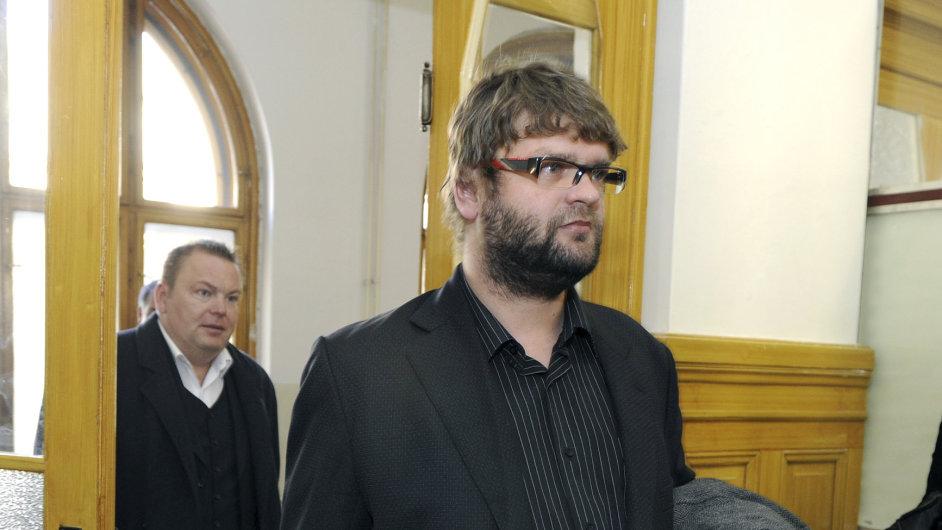 Obžalovaný Adam Řebíček přichází na soudní jednání.