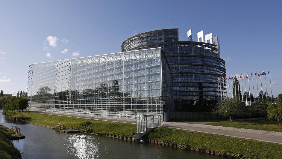 Štrasburské sídlo Evropského parlamentu, skvost moderní architektury s kilometry chodeb, 1133 kancelářemi a 18 zasedacími místnostmi.