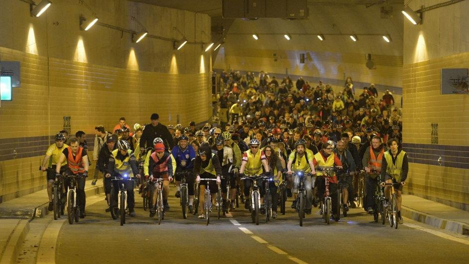 Řidiči budou moct vjet poprvé do Blanky až tuto sobotu. Jako první si skrz ni mohli projet cyklisté při jarní cyklojízdě letos 16. dubna. Využily toho tisíce lidí.