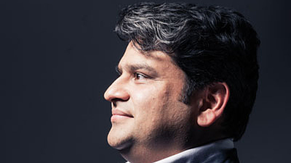 Čtyřicetiletý sběratel starých a vzácných per, Ind Debashish Chaudhuri, je v občanském životě dirigent vážné hudby, který žije v Praze.