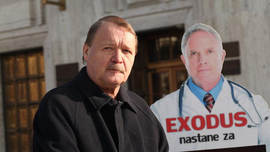 Martin Engel, šéf lékařských odborů, s figurínou Doktora Exoda