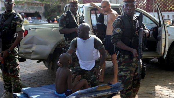 Místní voják utěšuje chlapce, který byl na místě činu.