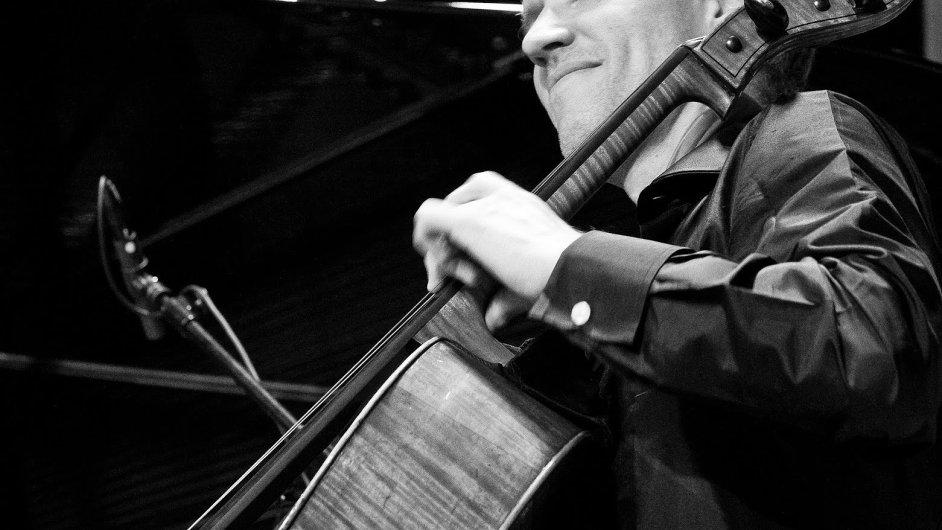 Na snímku je britský violoncellista Matthew Barley.