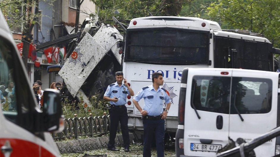 Autobus, který byl cílem pumového útoku v Istanbulu.