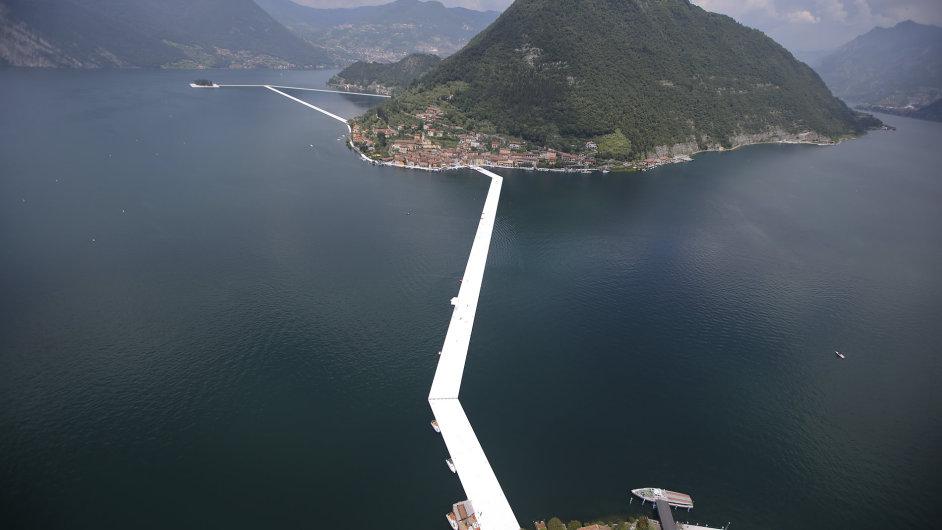 Snímek lávky, kterou na jezeře Iseo dokončuje umělec Christo.