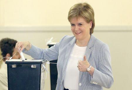 Skotové se ve velkém vydali volit, hlasovala už i Sturgeonová