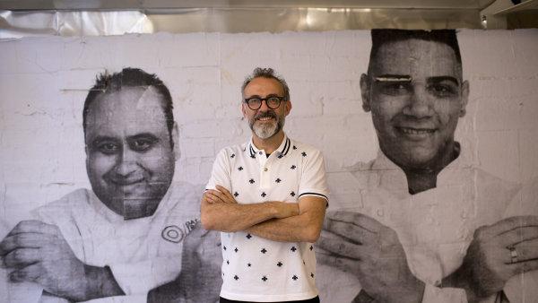 Kuchař Massimo Bottura ve své restauraci v olympijském Riu