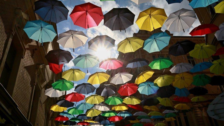 Brněnskou ulici Česká budou měsíc zdobit deštníky.