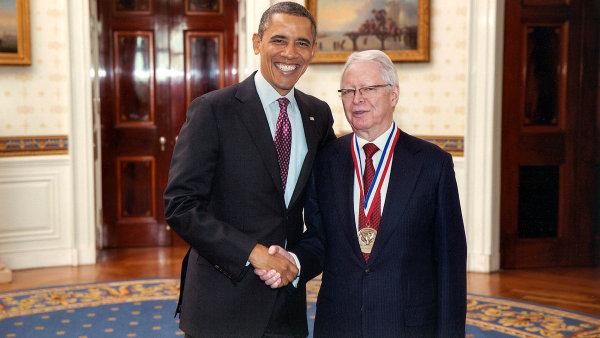 Cena odprezidenta. Vilčeka zajeho celoživotní práci vroce 2013 osobně vyznamenal prezident Barack Obama. VBílém domě mu předal National Medal for Technology and Innovation.