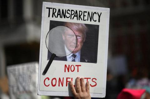 Desítky tisíc Američanů dnes v řadě měst Spojených států vyšly do ulic, aby protestovaly proti tomu, že americký prezident Donald Trump odmítá zveřejnit svá daňová přiznání, Pochod pro daně