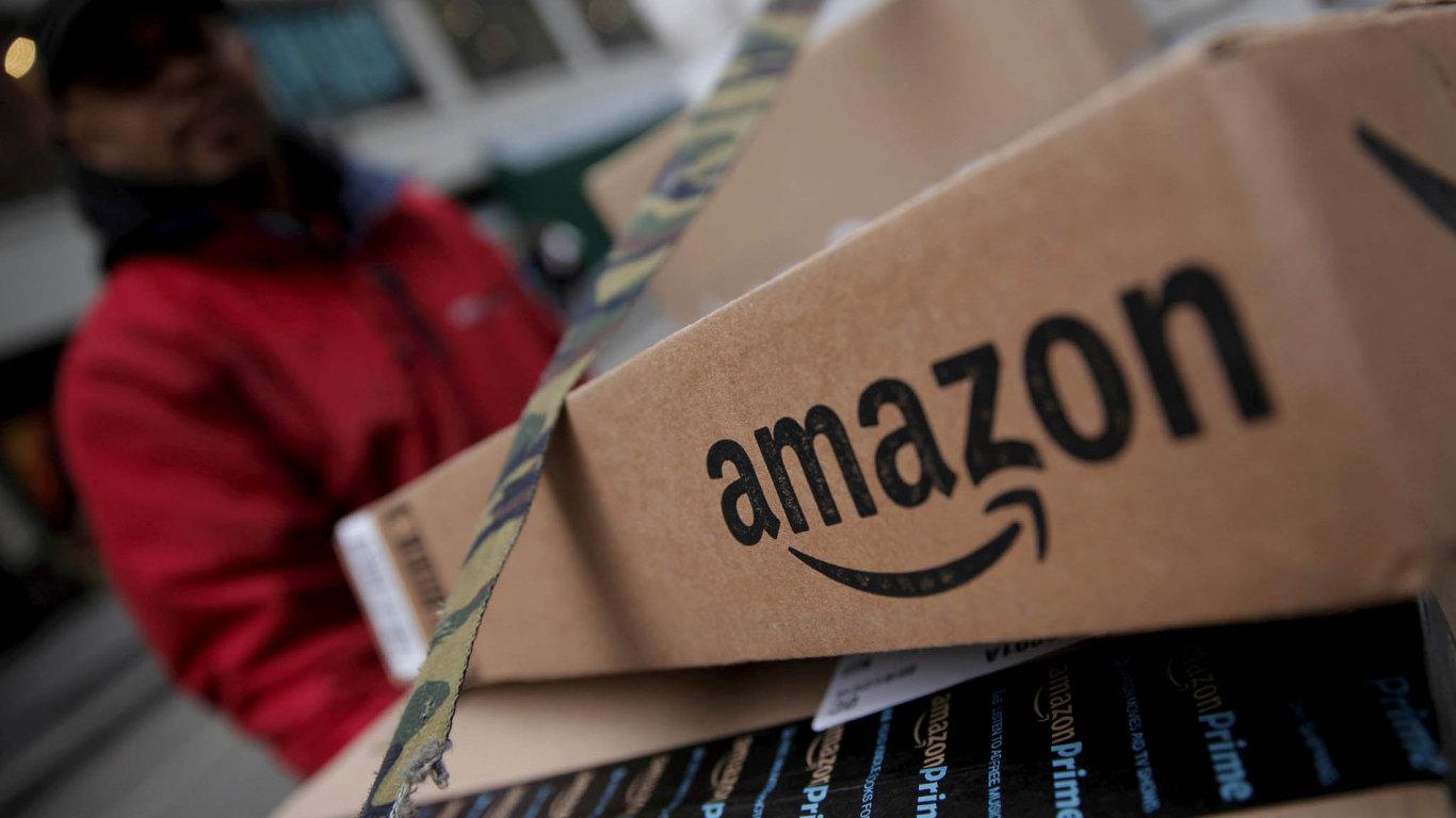 Úsměv na krabici Amazonu.