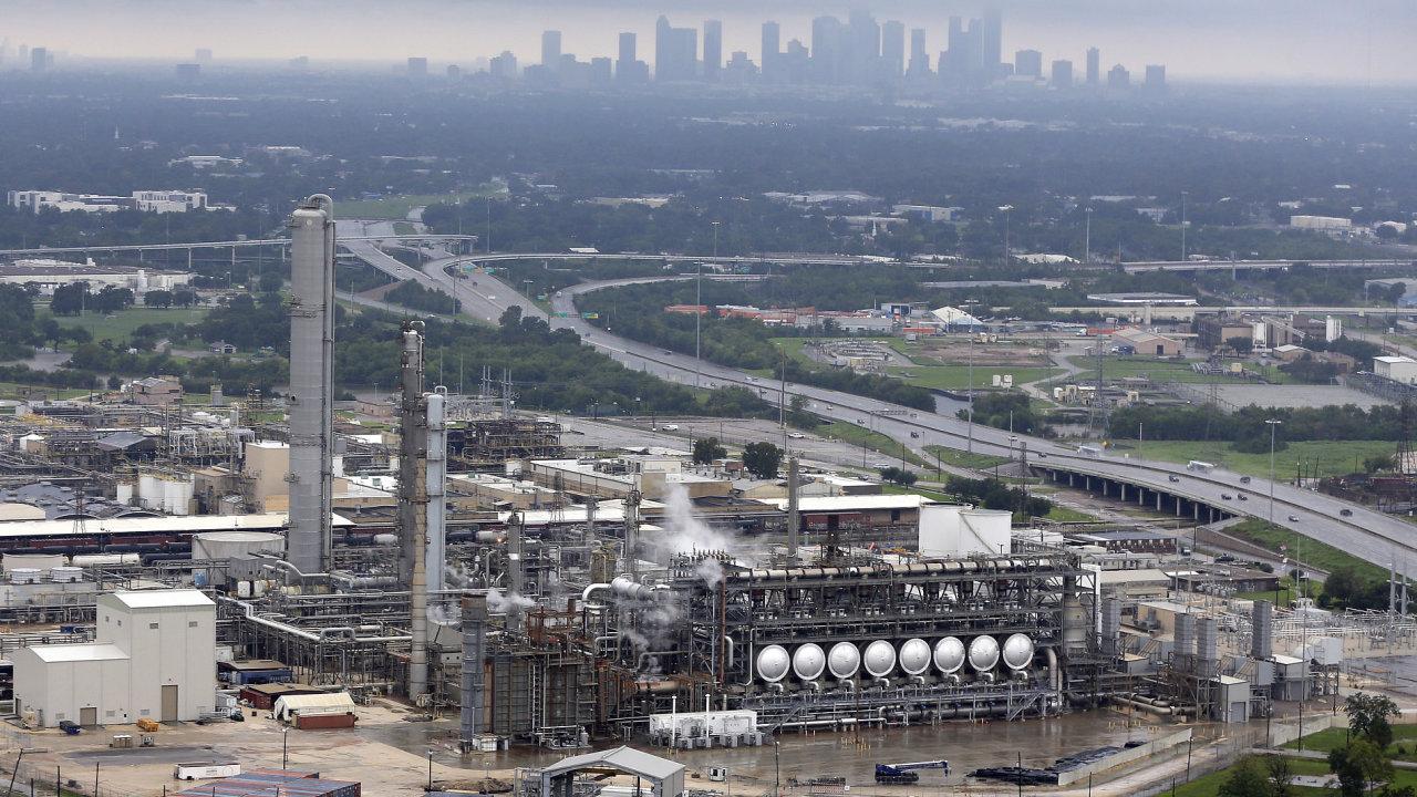 V zaplaveném podniku u Houstonu vybuchly chemikálie