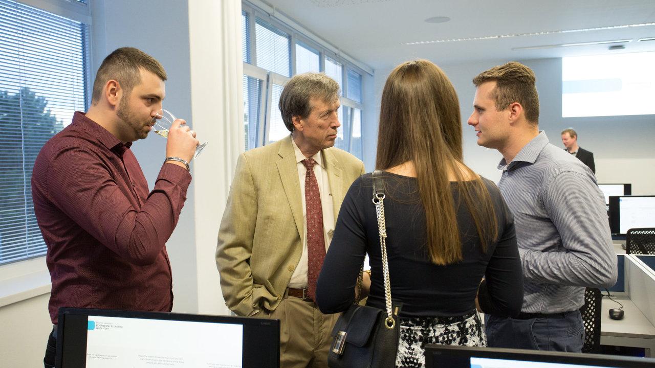 Slavnostního otevření na brněnské Ekonomicko-správní fakultě Masarykovy univerzity se zúčastnil i americký profesor ekonomie James Alm (uprostřed).
