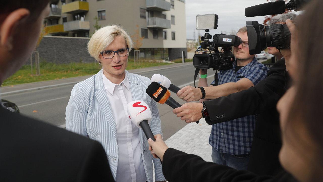 Ministryně Karla Šlechtová z ANO s novináři krátce po příjezdu do volebního štábu hnutí ANO.