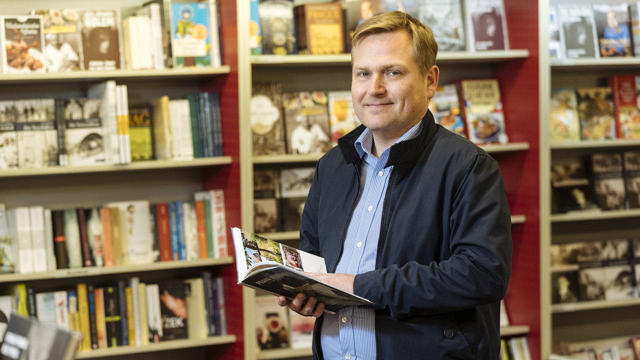 Kniha stojí už dlouho jako deset piv, není drahá, říká knihkupec Kanzelsberger.