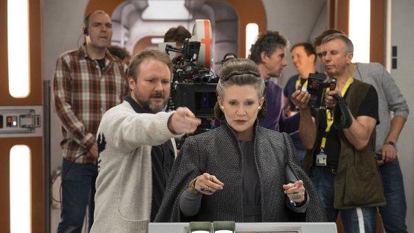 Na snímku z natáčení osmé epizody Star Wars je dnes již nežijící herečka Carrie Fisherová.