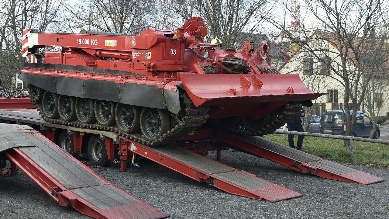 Ke zřícené lávce v pražské Troji dorazily hasičské vyprošťovací tanky, které mají z řeky vytáhnout sutiny.