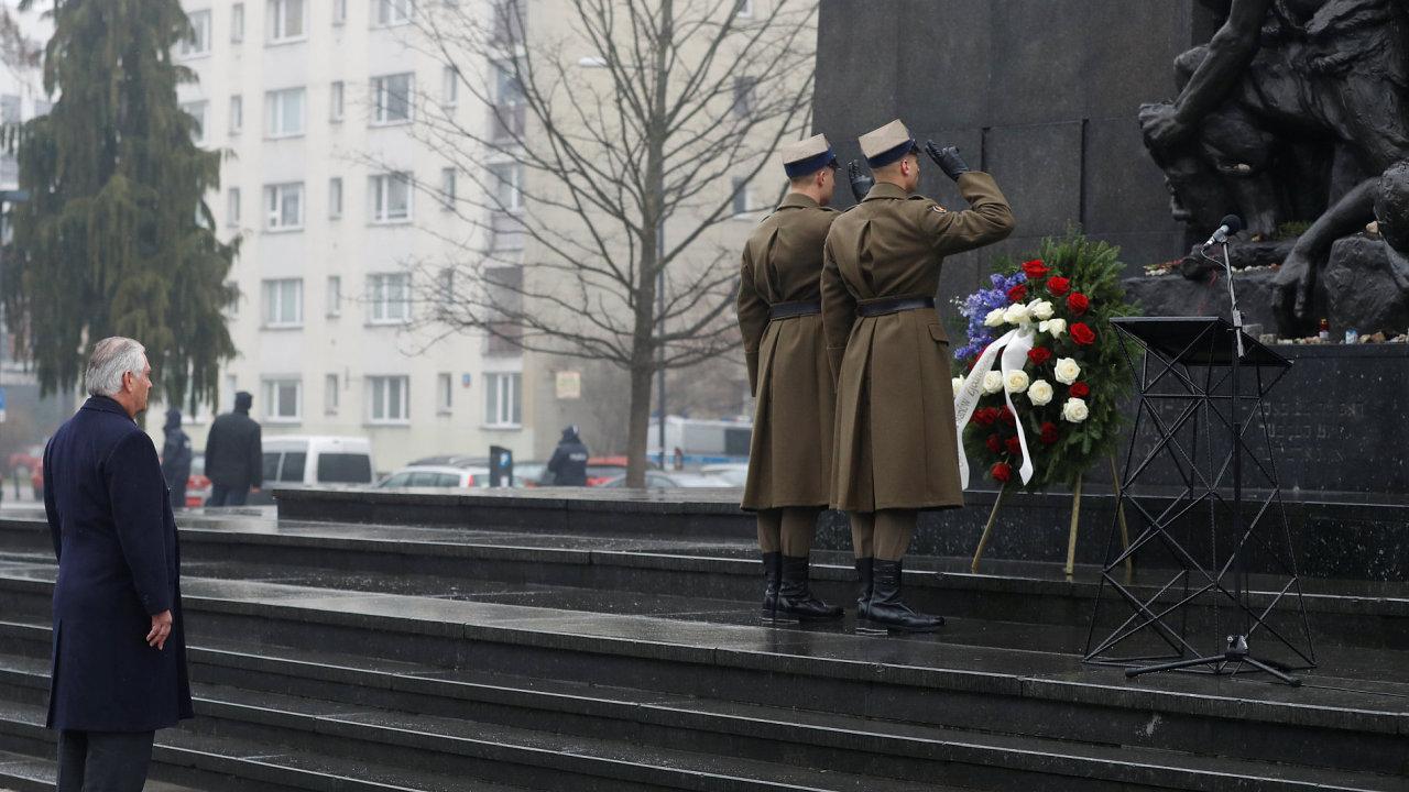 Americký ministr zahraničí Rex Tillerson položil ve Varšavě věnec k památníku připomínajícímu povstání varšavského ghetta.