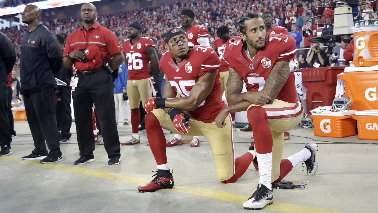 Tradici poklekávat při americké hymně založil quarterback týmu San Francisco 49ers Colin Kaepernick (vpravo) v roce 2016.