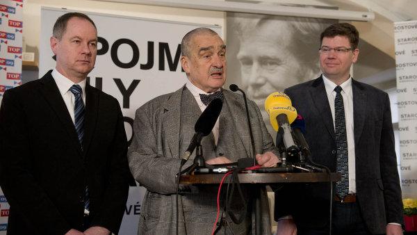 Petr Gazdík (zleva), předseda Starostů, čestný předseda TOP 09 Karel Schwarzenberg a předseda Jiří Pospíšil se dohodli na kandidátce pro podzimní komunální volby v Praze.
