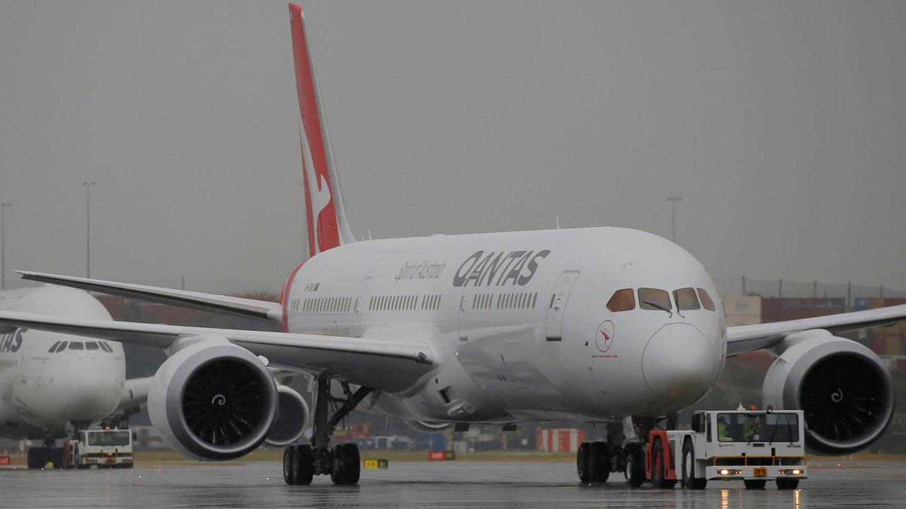 Nasvůj nejdelší let nasadí aerolinie Qantas Boeing 787 (vpopředí). Dosud nejdelší je unich let zDallasu doSydney (13 805 km), naněmž létají sAirbusem A380 (vzadu).