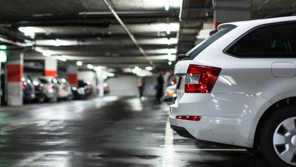 Při prodeji bytu s parkovacím místem musí prodávající obeslat sousedy kvůli jejich předkupnímu právu.