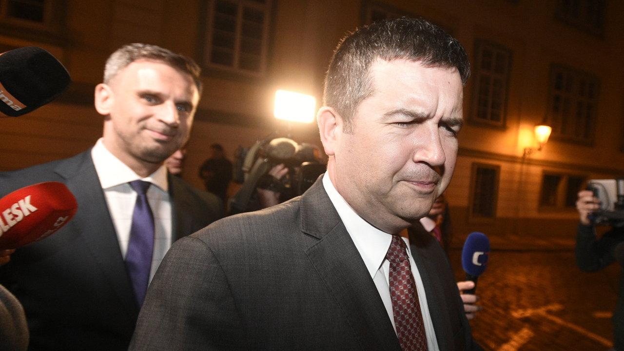 Předseda ČSSD Jan Hamáček a statutární místopředseda strany Jiří Zimola (vlevo) přicházejí na jednání o vládě s hnutím ANO.