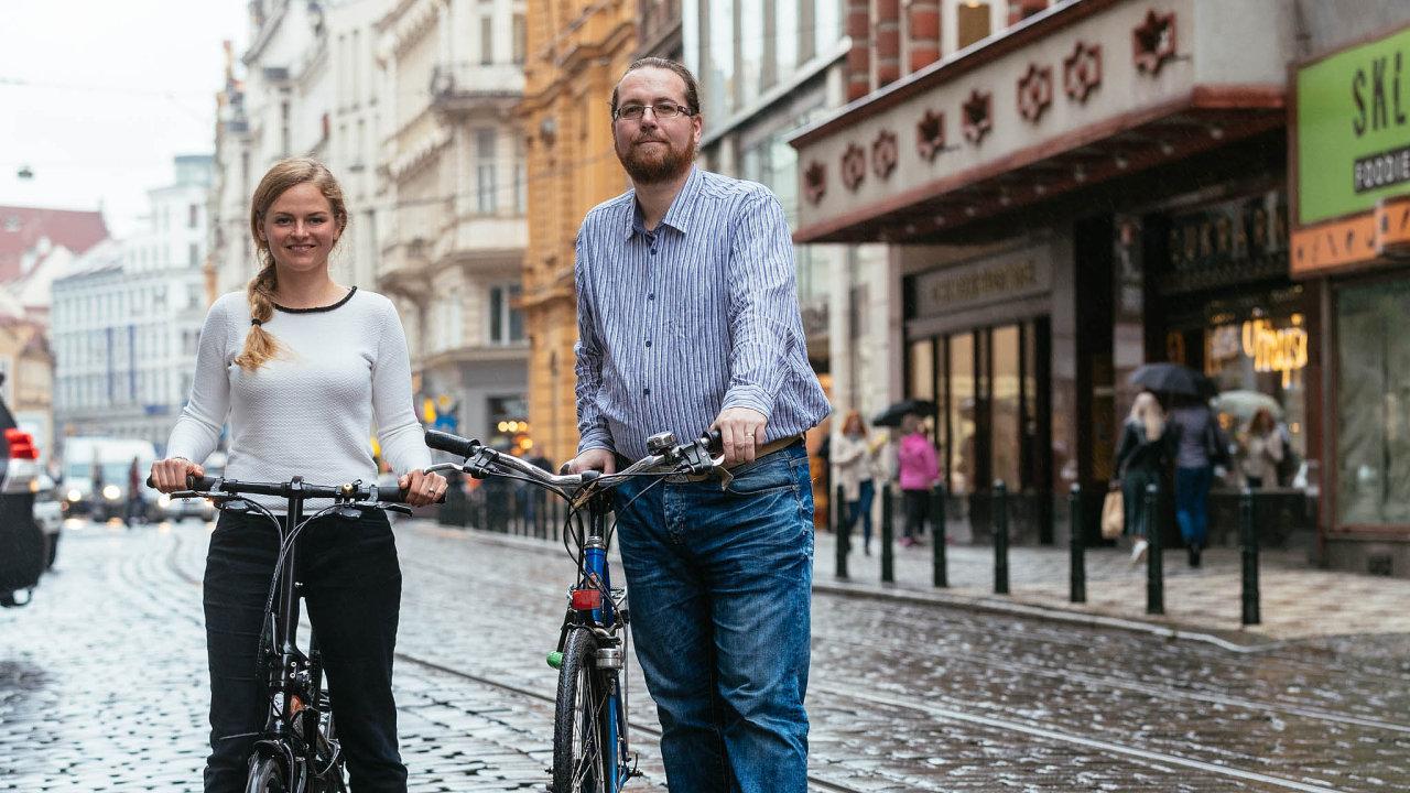 Lenka Myšáková a Vratislav Filler ze sdružení Auto*Mat se snaží, aby co nejvíce lidí cestovalo do práce na kole či pěšky.
