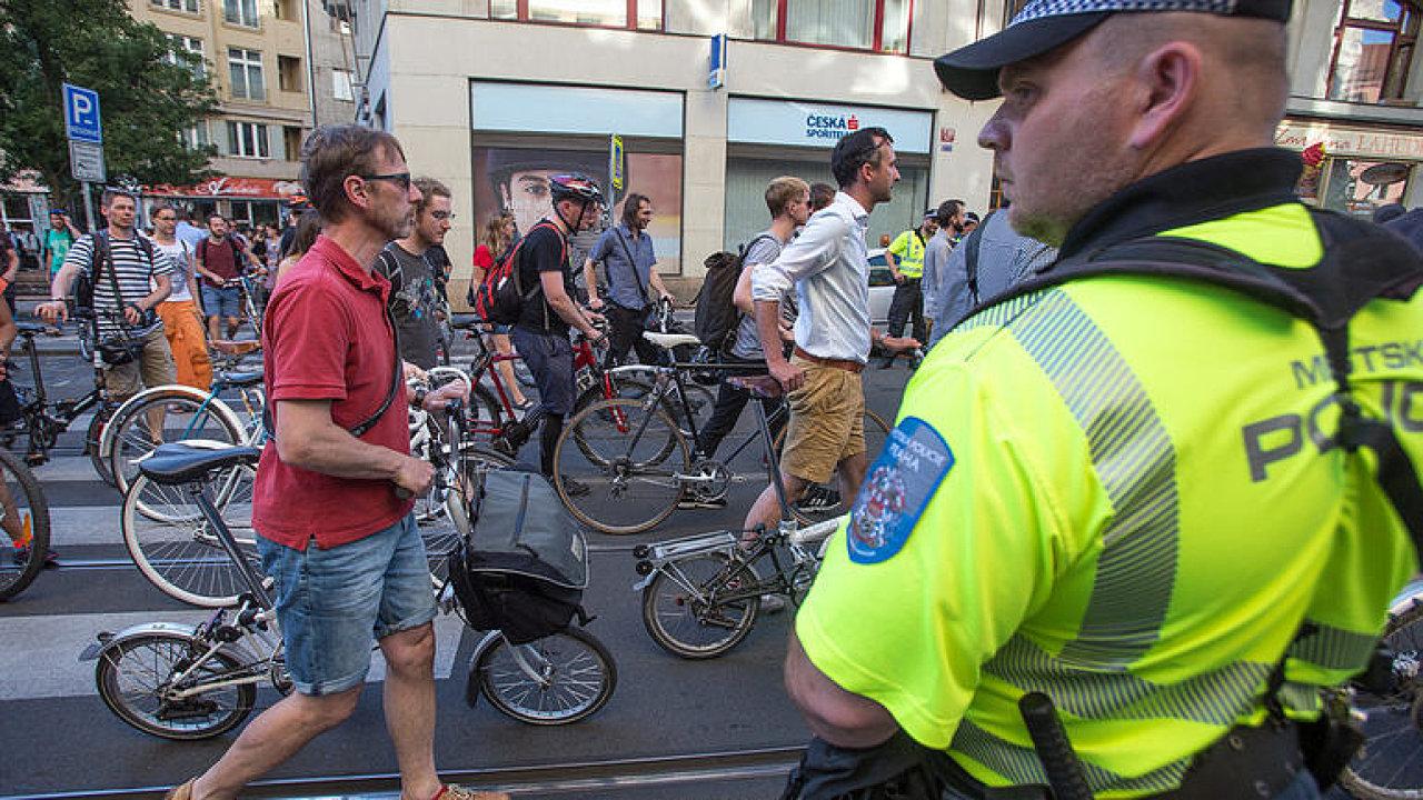 Cyklisty můžeme zakázat kdykoliv, jen přelepíme značky. Ulice rozšířit nejde, říká radní z Prahy 1
