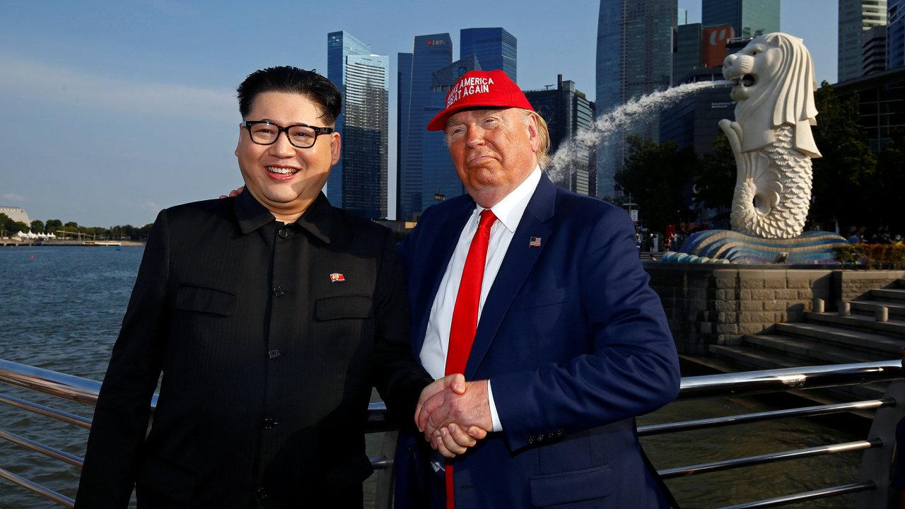 Společné fotografování imitátorů Donalda Trumpa a Kim Čong-una.